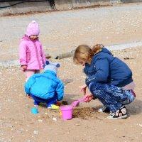 Песочные игры с мамой :: Виктор Шандыбин