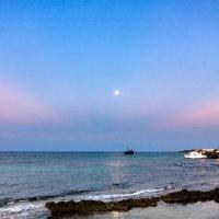 Молодая луна на Кипре :: Виктор Баштовой