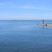 Рыбак на море в марте :: Олег Романенко