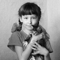 девочка с котенком :: Анна