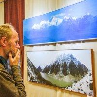 На фотовыставке :: юрий Амосов