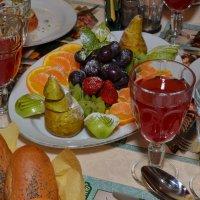 Тарелка с фруктами и бокал вина :: Сергей Тагиров