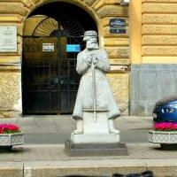 Памятник дворнику у Александринского театра :: Сергей