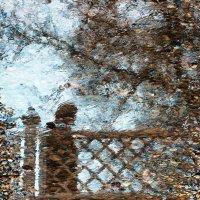 Отражение человека на мосту :: Михаил