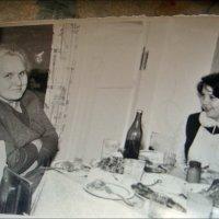 Тётя и племянница за праздничными хлопотами. 1970 год :: Нина Корешкова
