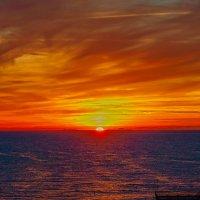 Вот багряный закат не спеша догорает над морем, все дневные заботы с зарею уносятся прочь.(Ян Шильт) :: Elena Izotova
