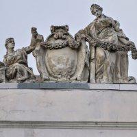 Скульптурная композиция на крыше здания. :: Юрий Тихонов