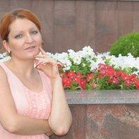 Портрет девушки около клумбы с цветами :: Сергей Тагиров