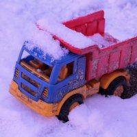 Забытая во дворе игрушка :: Alena Cyargeenka