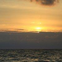 Закат -шаман провожает уходящее солнце :: valeriy khlopunov