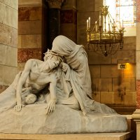 Скульптурная группа работы Огюста Карли «Вероника, протирающая лицо упавшего Иисуса» :: Сергей С