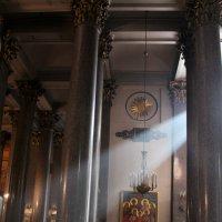 нисходящий свет в Казанском храме. СПБ :: elena manas