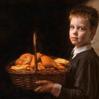 Мальчик с корзиной хлеба :: Татьяна