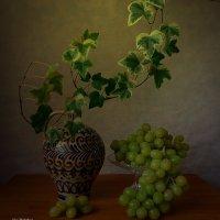 Зелёный виноград и ваза :: Nina Yudicheva