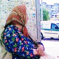 Бабушка многие годы на улице трогующая семечками :: Владимир Ростовский