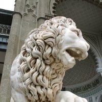 скульптура льва . Алупкинский дворец :: elena manas