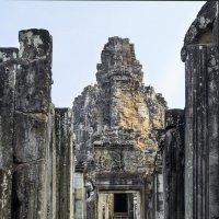 Три дикие макаки сидящие на портике храма Байон... :: Cергей Павлович