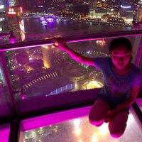 Девочка над вечерним городом :: Виталий  Селиванов