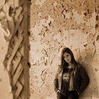 Лера (портрет на старой стене) :: Николай Агапитов