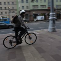 Уличный велосипедист :: Михаил Зобов