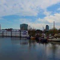 Плавучий дом и парусники :: Nina Yudicheva