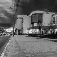 На центральной улице.... :: Виктор Зенин