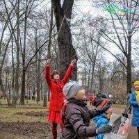 Запуск мыльных пузырей :: Юрий Тихонов