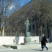 День  Космонавтики  застал  нас  у памятника  С.В.Образцова :: Игорь Пляскин
