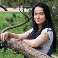 Портрет молодой девушки среди деревьев :: Андрей Майоров
