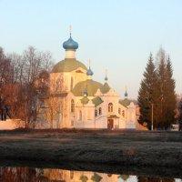 Тихвинский монастырь в апреле :: Галина Приемышева