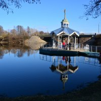 беседка при церкви  ПЕТРА и ПАВЛА, и там купальня для крещения :: Валентина Папилова