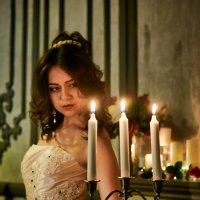 Свеча, сгорая, слёзы льёт, О чём-то словно сожалея. :: Albina