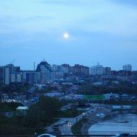 Луна над вечерним городом :: Сергей Тагиров