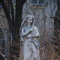 Статуя скорбящей женщины возле Тещиного моста, которая раньше стояла на Первом христианском кладбище :: Lara