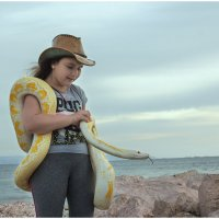 Девочка и питон на берегу моря :: klara Нейкова