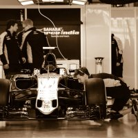 Сборка гоночных машин Формулы 1 перед заездом в Сочи :: Елена