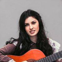 Девушка с гитарой :: Роман