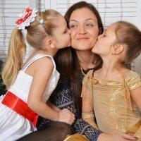 Дочки с любимой мамой :) :: Вероника Полканова