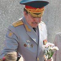 Цветы генералу. :: Михаил Попов