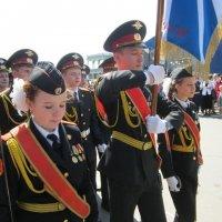 Знаменосец и ассистентки :: Дмитрий Никитин