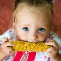 Ребенок кушает кукурузу :: Константин Кордонский