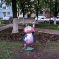 Синьор Помидор поселился недавно на детской площадке в городе Люберцы! :: Ольга Кривых