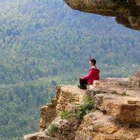 Медитация на полочке в скале :: Светлана Попова