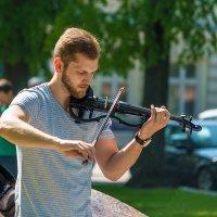 Уличный музыкант :: Леонид Соболев