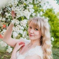 Девушка в саду :: Катерина Фомичева