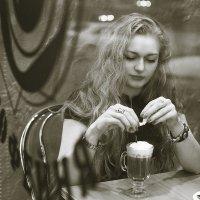 Девушка и кофе :: Алена Шпинатова