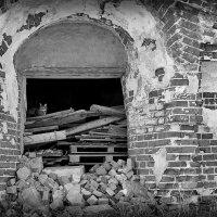На развалинах старой церкви :: Николай Белавин