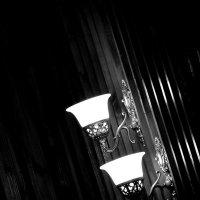 В комнате пустой, где мало света, живой лишь только блик от фонарей :: Татьяна