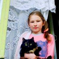 Полинка с кошкой в окошке :: Александр Прокудин