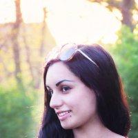 Девушка на фоне зелени и солнца :: Anatoly Dovzhik